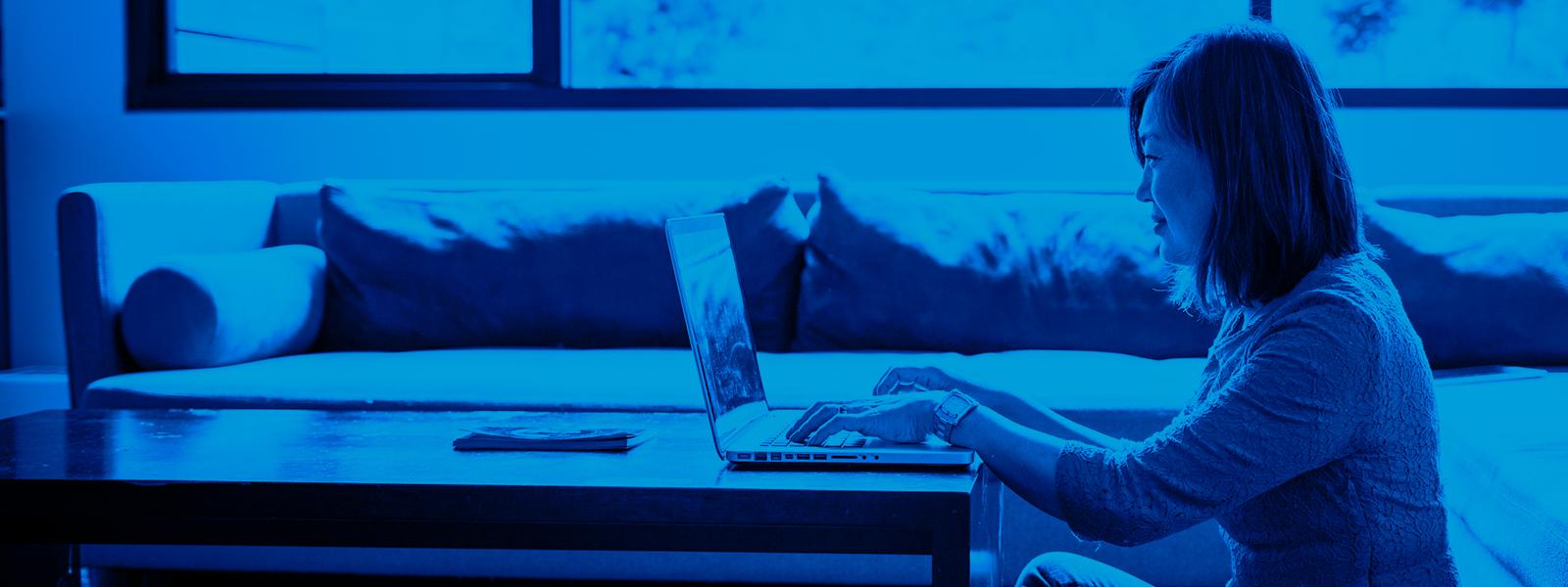 Imagem de uma mulher utilizando um notebook