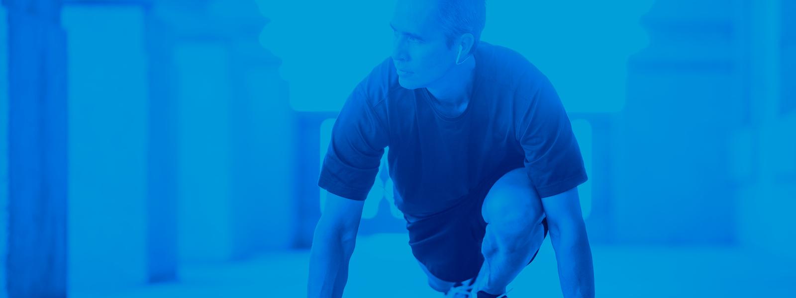 Image de um homem se alongando para realizar um exercicio
