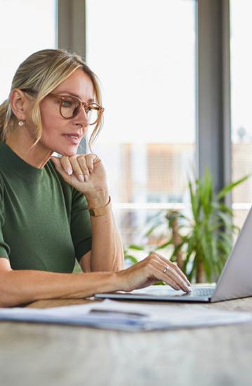 Imagem de uma mulher utilizando um tablet